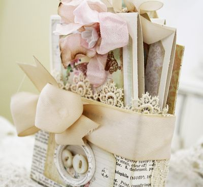 Cute little caddy with three gorgeous cards. Made by Melissa Phillips