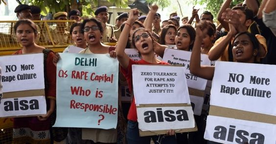 Jovens voltaram a protestar contra o estupro de duas meninas, uma de dois anos e outra de cinco, em Nova Déli, capital da Índia. A polícia deteve dois adolescentes suspeitos de cometer um dos crimes