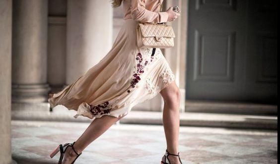 Die schönsten Taschen der Welt - Chanel -  Model Amber Le Bon unterwegs auf der London Fashion Week mit der Chanel Timeless-Tasche in Cremefarben.