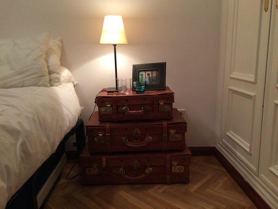 Antiguas maletas compradas a una amiga, mesita de noche perfecta!!