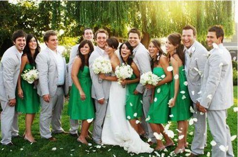Una boda en verde ¿Lo habías pensado?  Tradicionalmente la decoración de una boda siempre se basaba en tonos blancos, plateados o aperlados, pero tú puedes hacer la diferencia eligiendo el color que más te guste para que contraste con todo ese blanco.  El color verde es uno de los más vivos, lo puedes encontrar en varias tonalidades.