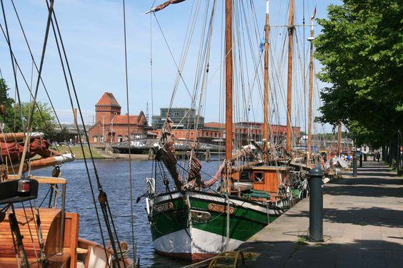 """Museumshafen  Lübeck. Die Schiffe des Museumshafens zu Lübeck sind vor  Altstadt und Stadthafen eine große Bereicherung. Darüber hinaus sind sie in den meisten Fällen betriebsfähig und damit lebendige Zeugnisse der örtlichen Schifffahrtsgeschichte. Insgesamt liegt mehr als ein Dutzend Fahrzeuge – vor allem Schoner, Kutter und andere segelnde Arbeitsschiffe – der Baujahre 1870 bis 1957 an den vom Verein """"Museumshafen zu Lübeck"""" verwalteten Liegeplätzen im Holstenhafen."""