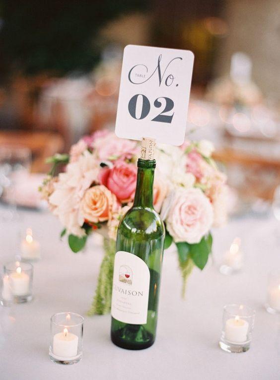 Weinflaschen als Tischnummernhalter