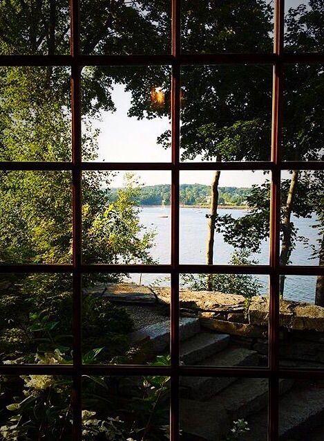 envelhecer é ver a vida por de trás das vidraças de uma cerca, de uma divisória de quintal ,e ninguém vai falar com você, pensam ,que você não tem nada a dizer.