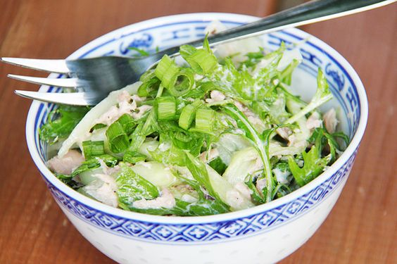 Mizuna Thunfischsalat, mizuna to tsuna no sarada (水菜とツナのサラダ), ist ein leckerer grüner Salat mit Mizuna und Thunfisch. Mizuna zählt zu den kyō yasai.
