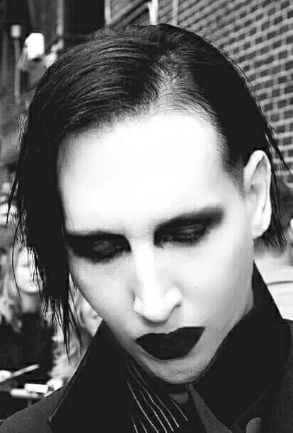 目を閉じているMarilyn Manson