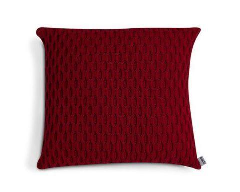 O vermelho escuro da almofada Galdini (45 x 45 cm) é garantia de aquecer a casa com um toque discreto de cor! Para quem gostou do padrão, mas quer outras opções, o tricô também está disponível em sete outras cores. Na Oppa por R$ 118,30.