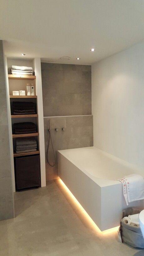 Behang Plafond Badkamer ~ Handdoeken kast in de badkamer #eikenplanken #solidsurface #betonlook
