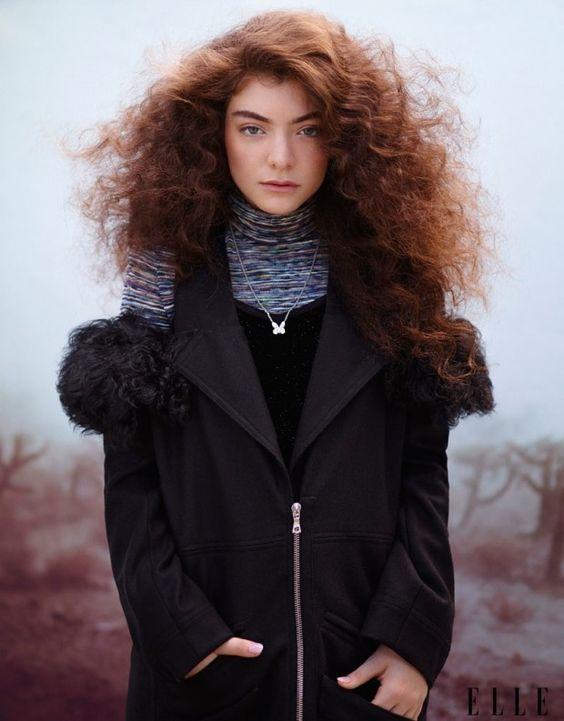 A cantora Lorde estrela sua primeira capa para uma publicação de moda conceituada mundialmente, a Elle Magazine US Outubro 2014. A mais recente colaboradora da MAC foi clicada em um rooftop na cidade de Londres, ...