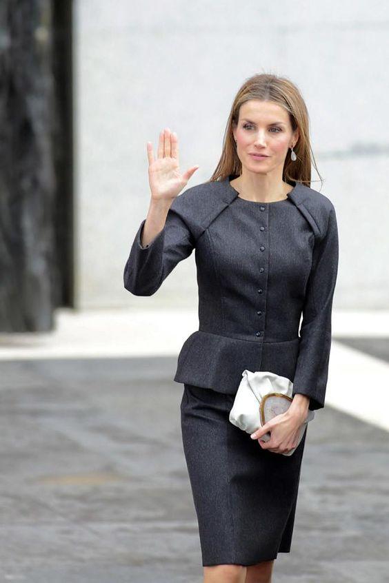 """El traje de chaqueta negro de la reina Letizia no es un básico cualquiera, el """"savoir faire"""" francés lo eleva a perfecto"""