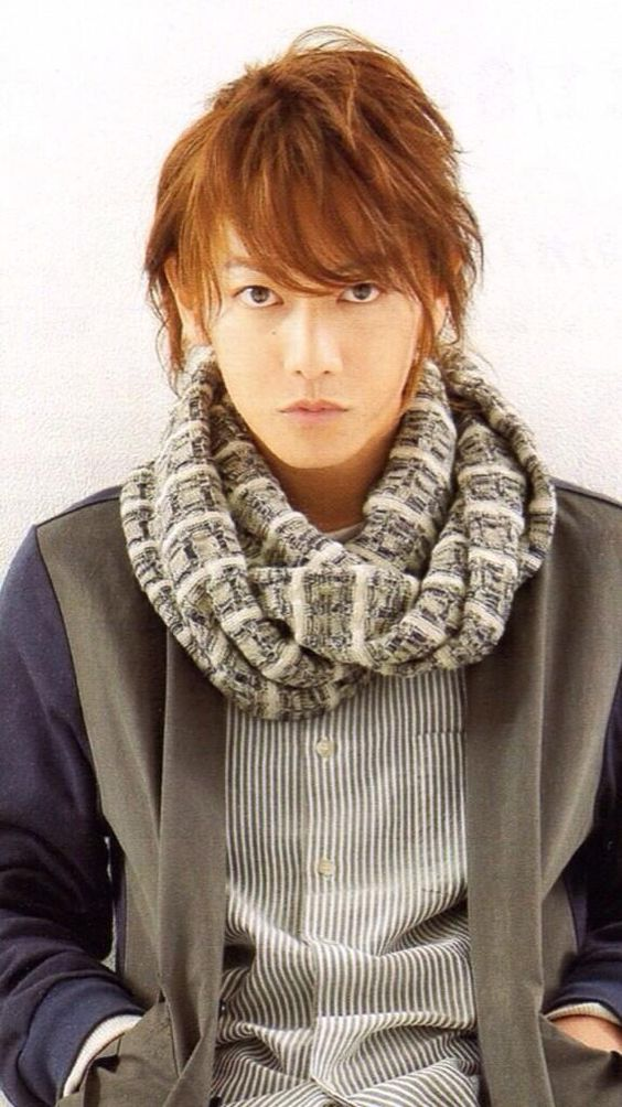 明るめカラーゆるウェーブスタイルの佐藤健の髪型