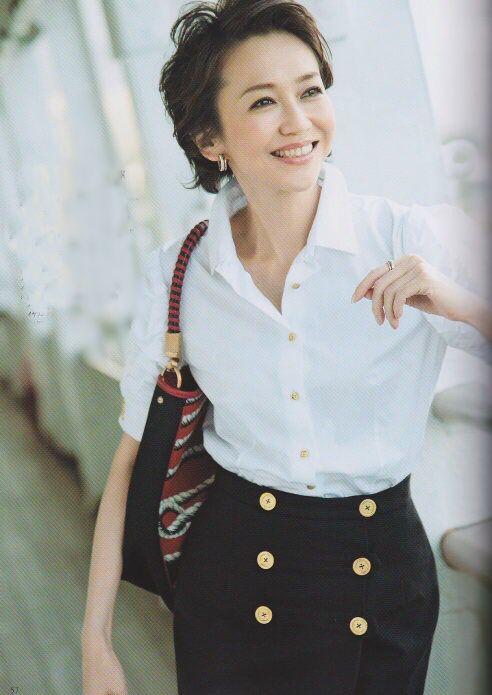 白シャツを着る賀来千賀子