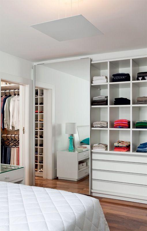 Os móveis (Marcenaria Capelinha) são de MDF melamínico. No armário do quarto, a porta espelhada ajuda na hora de se vestir.: