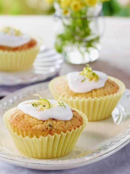 Zucchini-Zitronen-Muffins. Mit Limettenschale verzieren