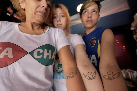 Bárbara, Ailén y Mauro, con el tatuaje que se hicieron en honor a Lucía, la abuela materna que fue la primera en llamar a su nieto con su nombre autopercibido. Fuente: LA NACION - Crédito: Daniel Jayo