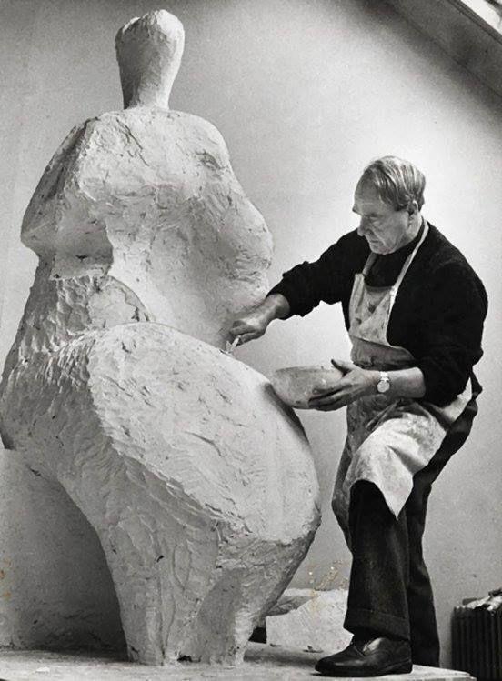 """""""El acto creativo es como una droga. La obsesión particular cambia, pero la excitación, la emoción y la vibración de la creación perdura.""""  -Henry Moore-  Foto: Moore en su estudio en Perry Green, ca. 1958."""