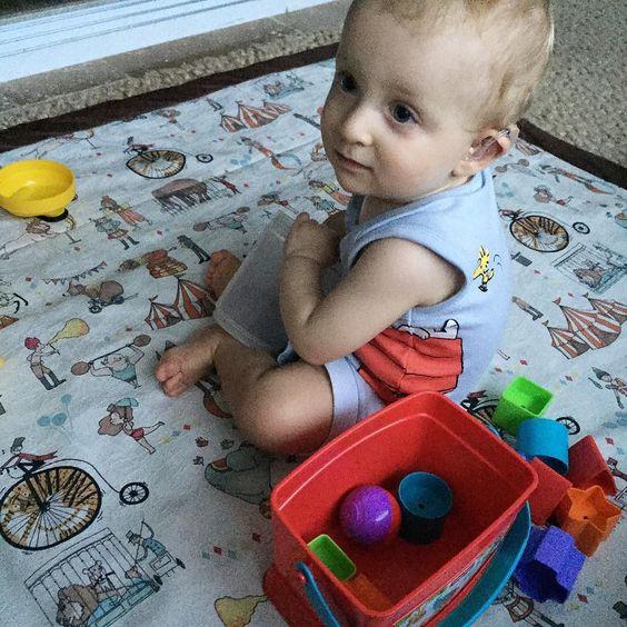 Um monte de brinquedos novos mas ele quer mesmo é brincar com o copo plástico que ganhamos de graça  #MundodoNicolasF - Estou devendo um Post sobre brinquedos quem tiver dúvidas pode perguntar. by vestidademae
