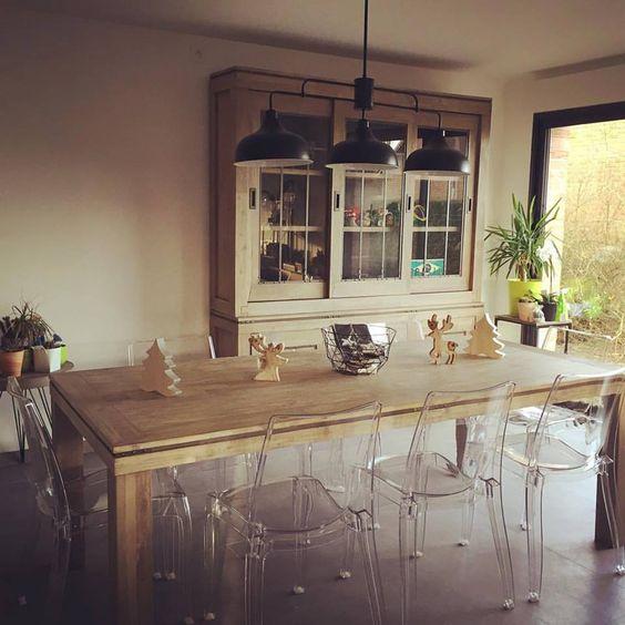 Salon en bois d 39 acacia et chaises transparentes home for Chaises transparentes