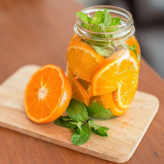 - Orange Mint Detox Water! - INGREDIENTS - ✔️6 cups of water ✔️2 Oranges, sliced ✔️10 Mint leaves ✔️2 cups of ice - DIRECTIONS - 1⃣Combine all ingredients in a pitcher 2⃣Refrigerate for about 2 hours - allowing fruit to infuse. 3⃣Serve Cold! *Discard fruits after 24 hours of usage