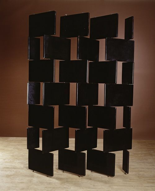 Eileen Gray, paravent en briques, 1919-1922, bois laqué noir, collection particulière, courtesy Galerie Vallois, Paris© photo : Vallois-Paris-Arnaud Carpentier.
