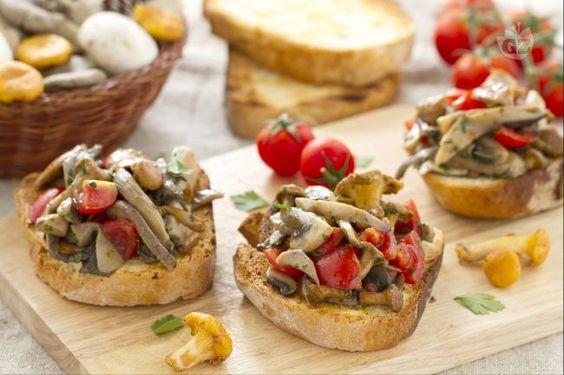 Le bruschette con funghi trifolati sono un antipasto stagionale che trae forza dai funghi saporiti.