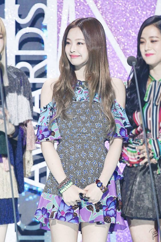 Blackpink S Jennie Is The Envy Of All Women With Her 90 Degree Shoulders And These Photos Will Show You Why Many Fans Are Blackpink Jennie Fashion Blackpink
