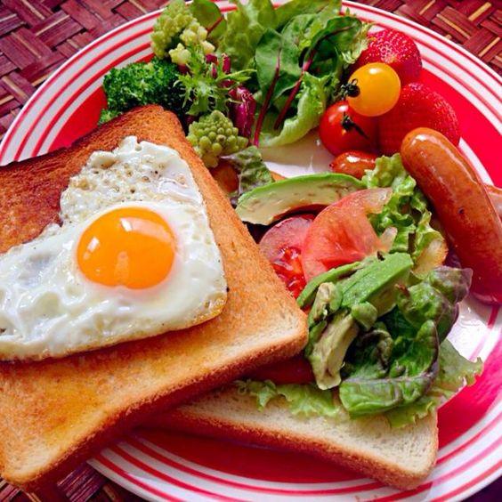 ソーセージと一緒に焼いたらコーナーに行ったので真ん中ちょいとつついて簡単ハート型 姫の微熱も下がり元気復活、リクエストはラピュタのパン皆好きなので大賛成午前保育だとパンの減りがびっくりするほど早い - 55件のもぐもぐ - Fried egg&Salad toast❤️ハート目玉焼き&サラダトースト by honeybunnyb