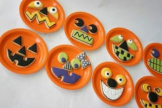 Kid Friendly Jack-O-Lantern cookies - sugar cookies as the pieces of the pumpkin, orange plate as the pumpkin - so cute! Thanks Pioneer Party for the great idea
