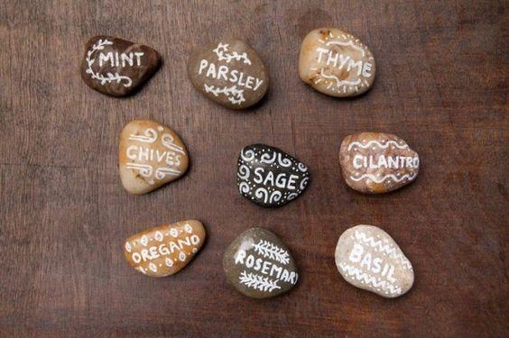 Steine mit weißem Marker beschriften