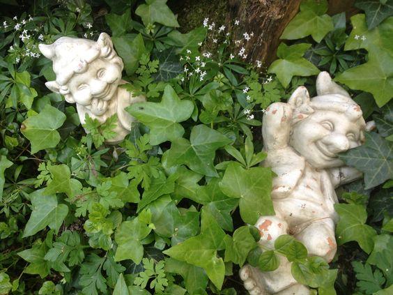 WIR STELLEN UNS VOR Hallo! Schön Euch kennen zu lernen! Wir sind Grimmel & Grammel. Der eine irgendwie schelmisch und zu allerlei Blödsinn aufgelegt, der andere eher entspannt. Die beiden wohnen in meinem Garten und treiben hier jede Menge Unsinn... Foto Copyright: Pia Forkheim