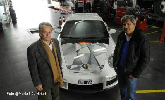 Porsche GT2 capot cubierto de arte, artista Eduardo Strauch. Colección Gomez 26 capots con arte, Argentina.