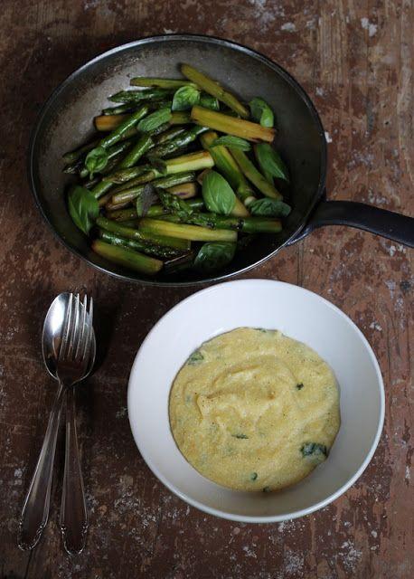 Gourmandises végétariennes: Karamellisierter Grünspargel an zitroniger Basilikum-Minz-Polenta