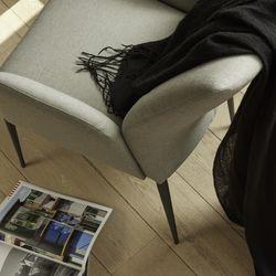 Dieser Stuhl h�lt, was sein Aussehen verspricht! Enora steht f�r Weichheit, Softness und Bequemlichkeit. Durch den Einsatz eines neuen Hybridschaumes in Verbindung mit unserer bew�hrten Nosag-Federung im Sitz und elastischen Gummigurten im R�cken erreichen wir bei diesem Modell einen Sitzkomfort, welcher Sie nicht entt�uschen wird. Seine von Kopf bis Fu� rundliche Form macht aus Enora nicht nur ein optisches Highlight f�r Sie, sondern auch f�r alle anderen Betrachter z.B. ihre G�ste.