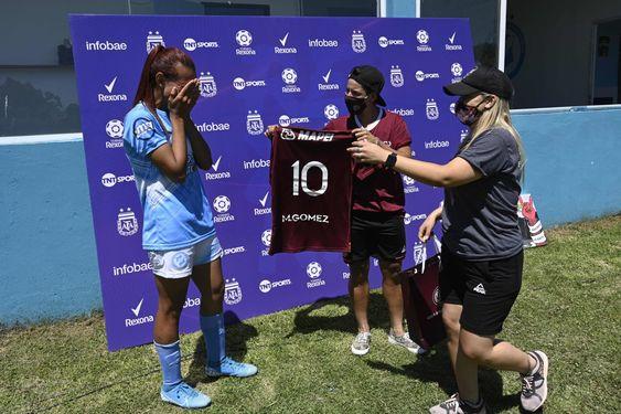 Lanús le regaló una remera a Mara Gómez, la primera futbolista trans habilitada por AFA. Foto: AFP