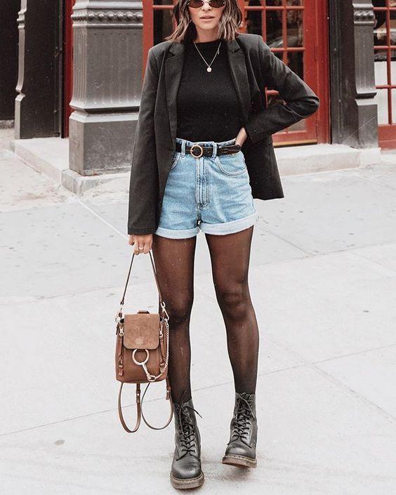 Look estiloso com coturno short jeans e blazer.