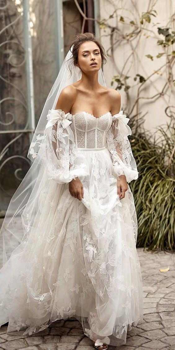 #lizmartinez #2020wedding #2020weddingdresses #weddingtrend #weddingdresses #brides #bridalgown #modernwedding