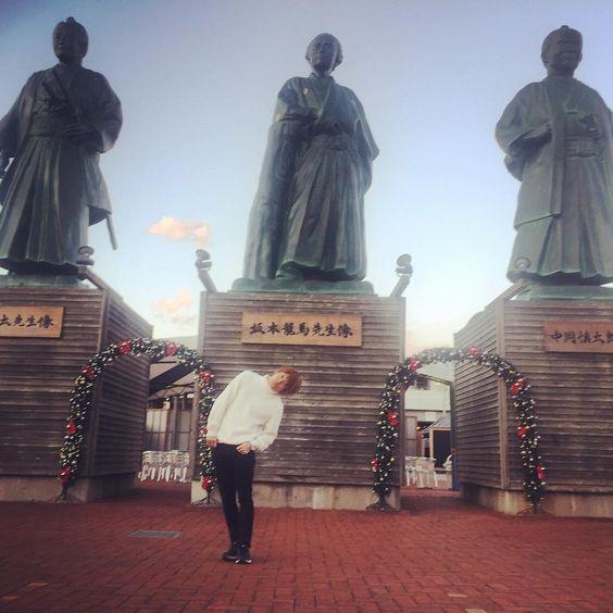 高知駅前の坂本龍馬像とおばたのお兄さん
