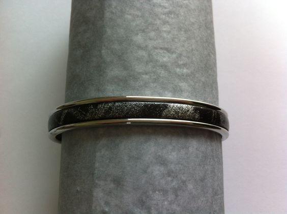 bracelet jonc argenté avec cuir plat noir et argenté : Bracelet par nessymatriochka