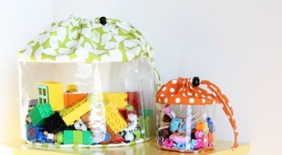 Faça bolsa para guardar brinquedos para ensinar a sua criança sobre organização. Torne o momento de