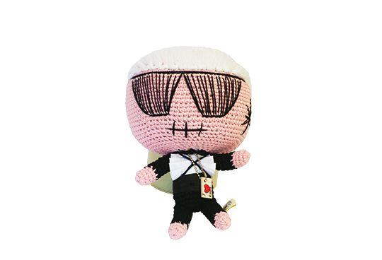 Mit ihren Mua Mua Dolls karikiert Ludovica Virga Prominente: Diese Puppe heißt Karl, trägt wie ihr Vorbild gern Schwarz und Sonnenbrille und ist garantiert kein Kinderspielzeug