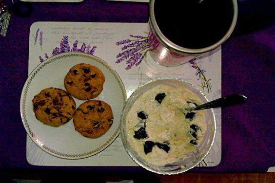 レシピとお料理がひらめくSnapDish - 4件のもぐもぐ - bílý jogurt s pšeničnými klíčky a sušenými švestkami, cookies, čaj by Adel Neu