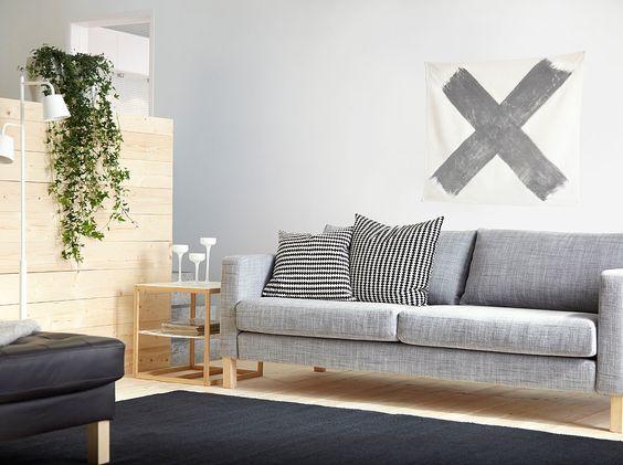 """Ein Wohnzimmmer mit KARLSTAD 3er-Sofa mit Bezug """"Isunda"""" in Grau, IKEA PS 2012 Beistelltisch in Weiß/Bambus und kurzflorigem ALMSTED Teppich in Schwarz"""