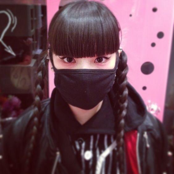 黒マスクをつける秋元梢