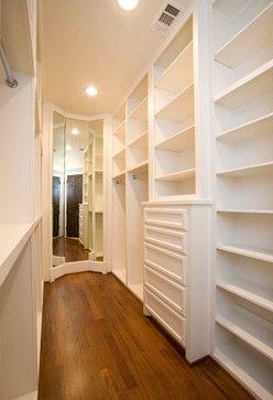 Espelho do chão ao teto no fundo do closet.