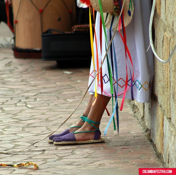 Colombia Festiva , Alpargatas para bailar danzas indígenas