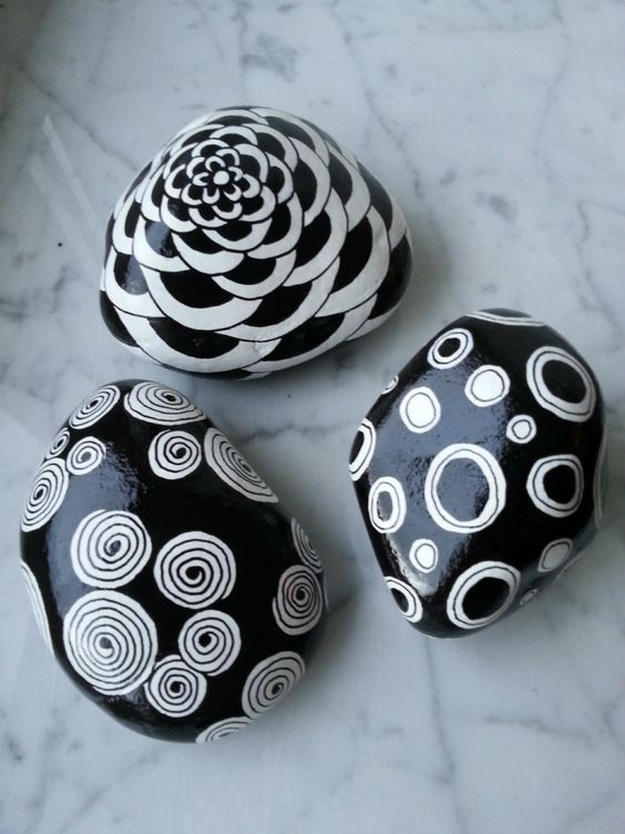 Deko für den Garten-Diy Steine in schwarz-weiß bemalt, abstrakte Zeichnungen