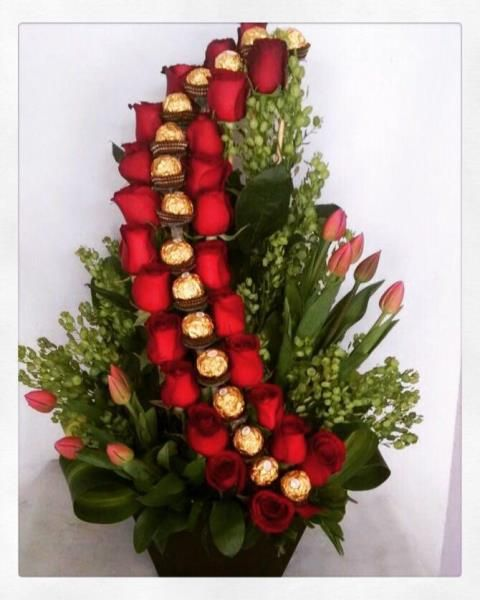 Ramo De 24 Rosas Rojas Y 9 Tulipanes Acompañado De Riquísimos Chocolates Christmas Wreaths Holiday Decor Holiday
