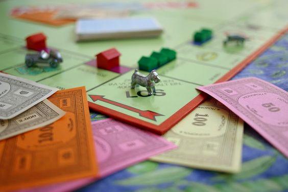 Un ingeniero de Pensilvania llamado Charles Darrow, que se encontraba en paro en los años treinta, fue el inventor del #Monopoly, el conocido juego de compraventa de terrenos en el que se construyen casas y hoteles sobre el tablero... http://laklave.wordpress.com/2014/08/25/quien-invento-el-monopoly/