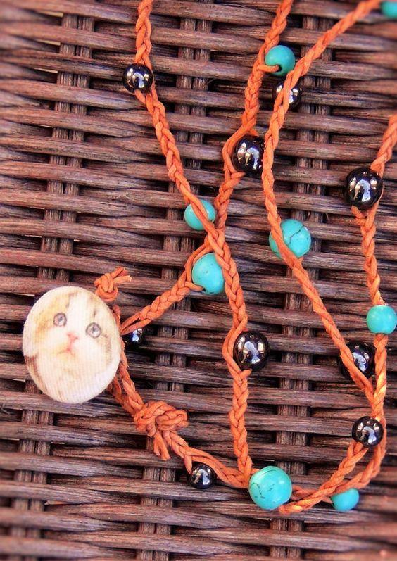 long collier chat de cuir tressé avec des hématites par LilouCapel