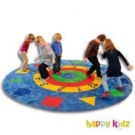 Farben, Formen, Zahlen und die Uhr - alle Altersgruppen lernen auf diesem dicken und gemütlichen Teppich noch  hinzu. Außerdem ist der Teppich toll für den Sitzkreis geeignet. Natürlich  auch zum Lümmeln und Spielen. Mehr Kindergartenausstattung gibt's bei Happy Kidz!